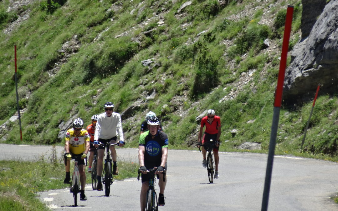 groupe d'homme en vélo