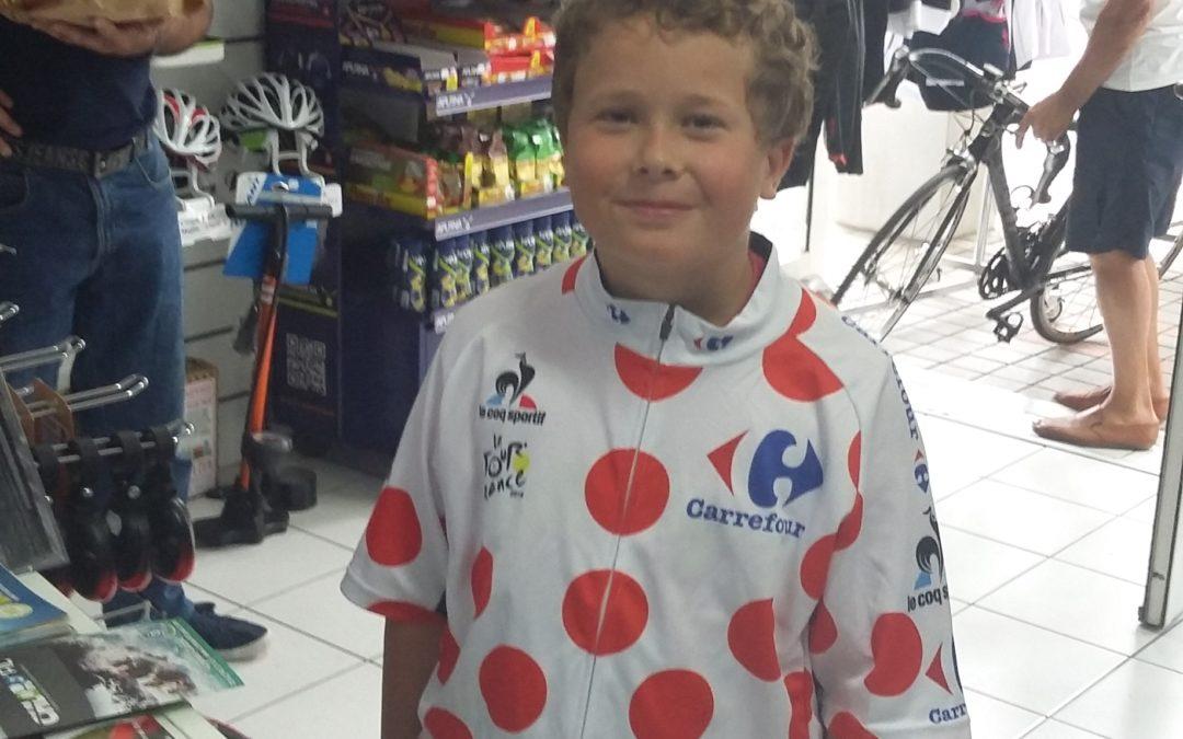 garçon avec maillot de vélo à pois
